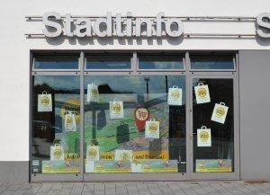 In Iserlohn wird fleißig dekoriert - Schaufenster der Stadtinformation