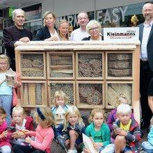 Möbelhändler baut Bienen-Insektenhotel in Kleve